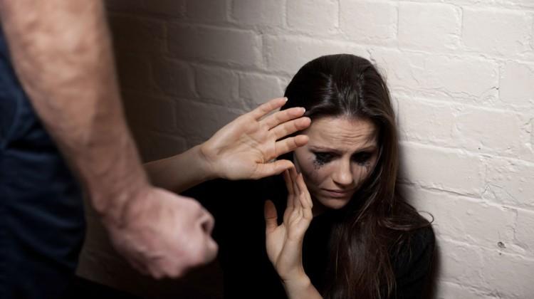 Μία στις 5 γυναίκες βιώνει σωματική βία - ERGATIKO VIMA